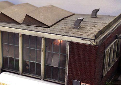 gebouw weatheren op modelspoorbaan