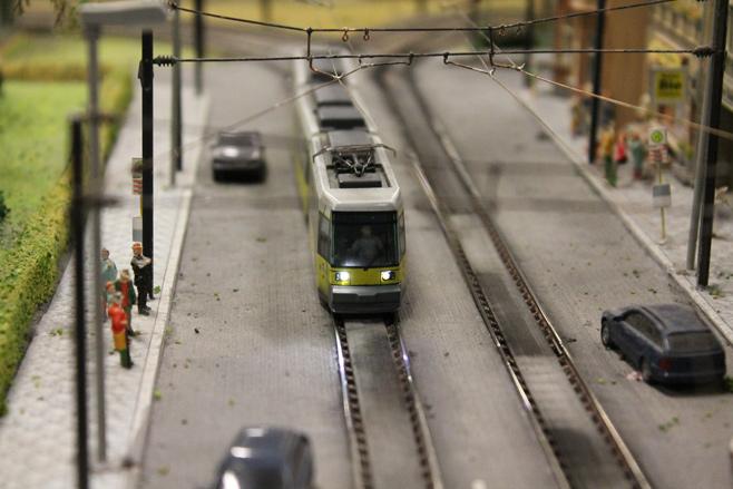 Tram op de modelspoorbaan