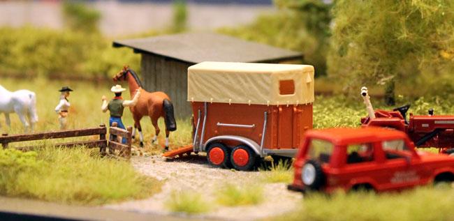 Paardentrailer met paard in Modelspoor