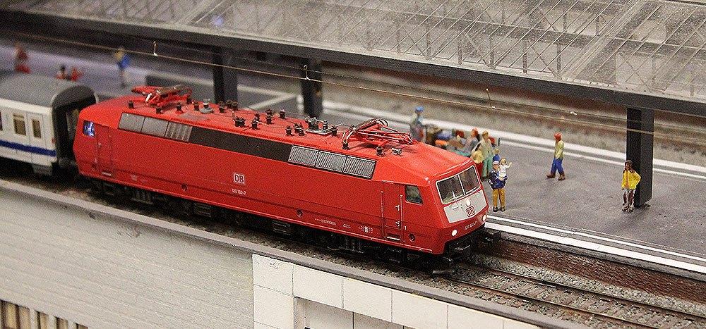 Een lokomotief die volgens dienstregeling rijd
