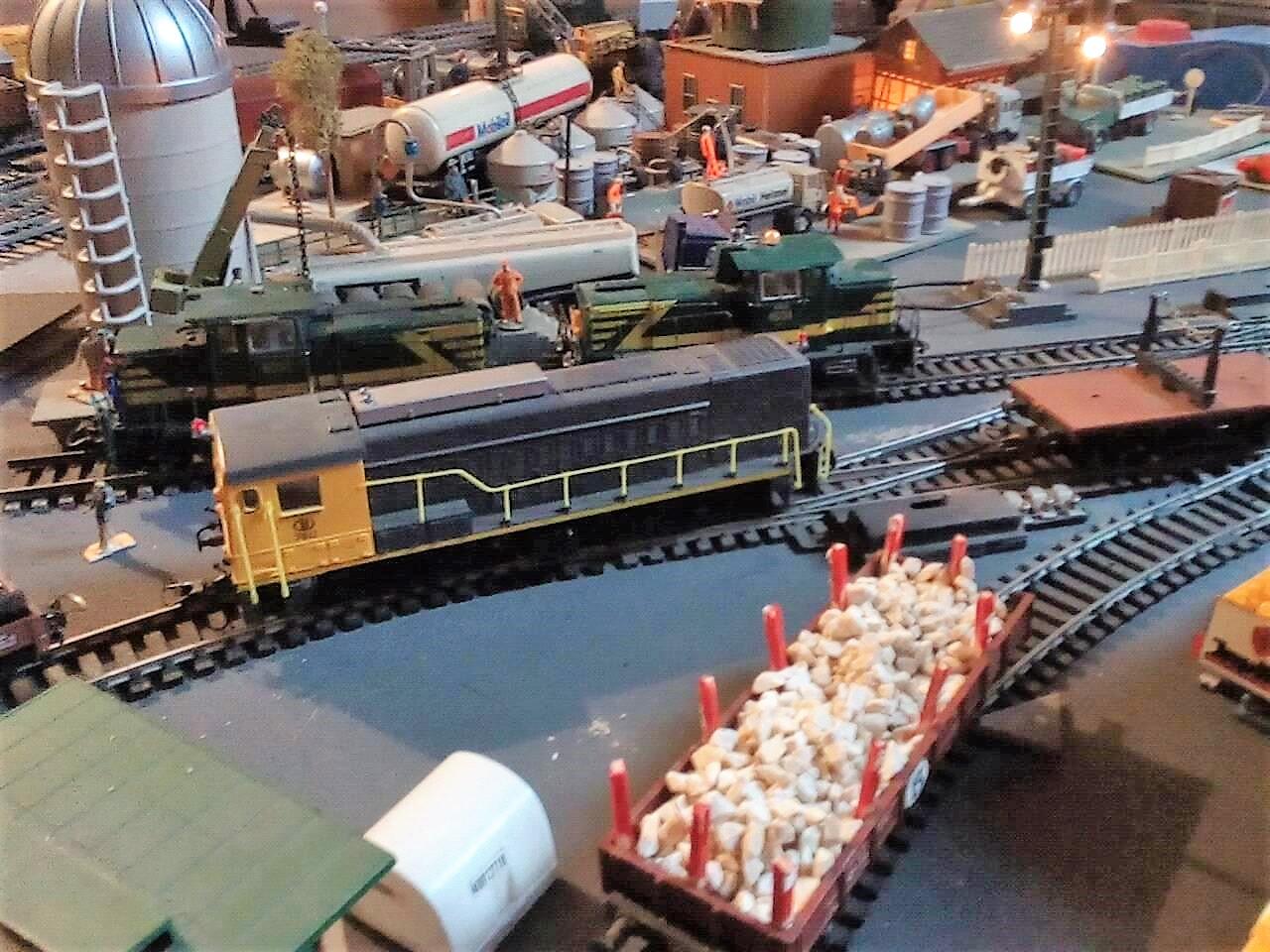 Serie 2200: op de modelbaan in aanbouw van Peter Coddens rangeert een treinlok NS2200 met rongenwagens