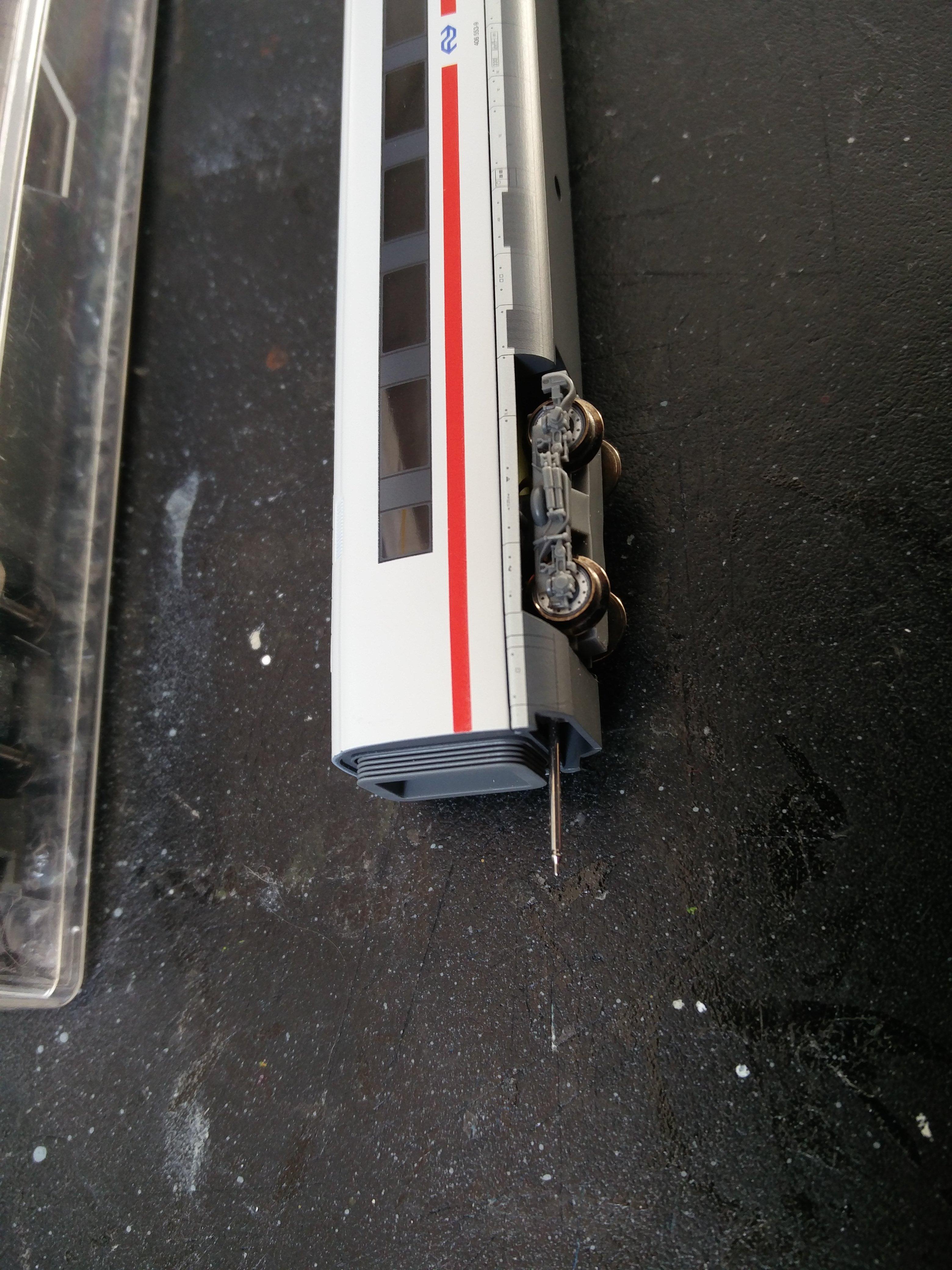 NS ICE van Arnold met een soort naaldkoppeling en 1 FLM DB ICE Bord Restaurant wagon met een kunststof koppeling. Is dit uitwisselbaar, om te zetten?
