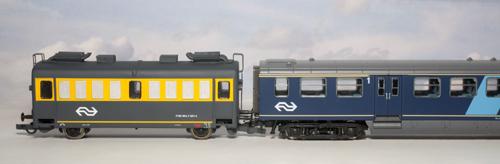 Foto 2: de energiewagen in model achter een speciaal omgebouwd E-rijtuig van NS (in DE-uitvoering) van Artitec