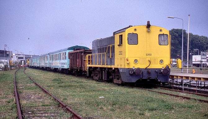 Foto 3: trek-duwtrein met twee keer een DE (2200) plus een koppelwagen en turkooise NS E-rijtuigen