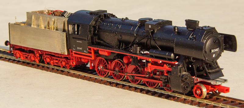 Foto: De tender achter deze Roco-locomotief kreeg een ander kleurtje